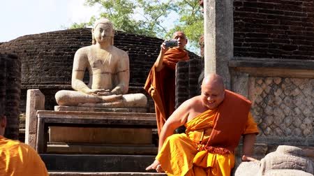 meditacion : Polonnaruwa, Sri Lanka - 2019-03-23 - Monks On Tour 7 - Posando con Buda sentado. Archivo de Video