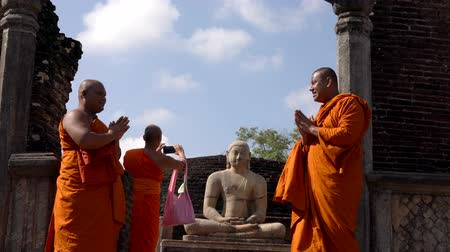 дзен : Polonnaruwa, Sri Lanka - 2019-03-23 - Monks On Tour 9 - Posing With Buddha Statue Standing. Стоковые видеозаписи