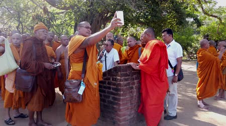 náboženství : Polonnaruwa, Sri Lanka - 2019-03-23 - Monks On Tour 1 - Listening to Lecture.
