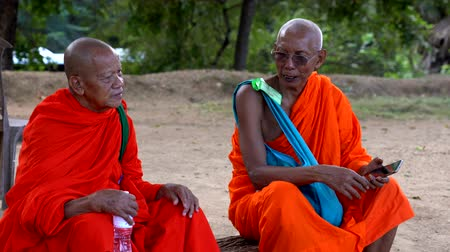 дзен : Polonnaruwa, Sri Lanka - 2019-03-23 - Monks On Tour 11 - Two Elderly Monks Talk.