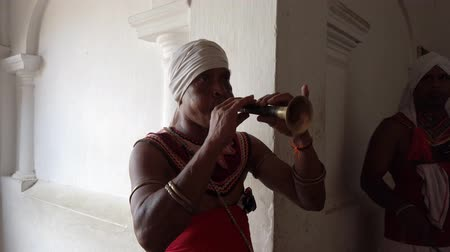 cejlon : Kandy, Sri Lanka - 09-03-24 - Man Plays Wide Flute in Temple.
