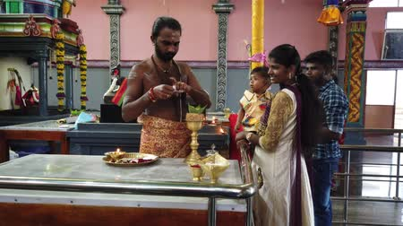 požehnat : Nuware, Sri Lanka - 2019-03-26 - Hindu Priest Prepares Chalice For Supplicants to Give As Offering. Dostupné videozáznamy