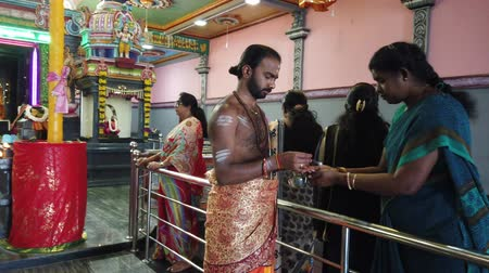 požehnat : Nuware, Sri Lanka - 2019-03-26 - Hindu Temple Supplicants Recieve Blessing From Priest. Dostupné videozáznamy
