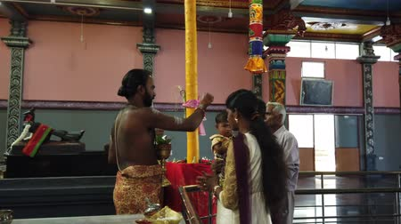 sagrado : Nuware, Sri Lanka - 2019-03-26 - Hindu Priest Blesses Couple With Young Child.
