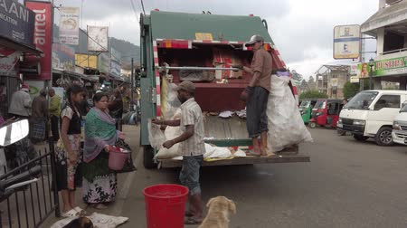 шри : Nuware, Sri Lanka - 2019-03-27 - Garbage Truck Accepts Except Waste From Locals.