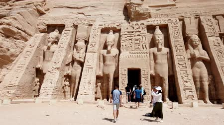 ladrillo : Aswan, Egypt - 2019-04-28 - Philae Temple - Giant Stone Statues Meet All Who Enter. Archivo de Video