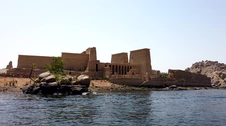 паром : Aswan, Egypt - 2019-04-28 - Ferry Boat Arrives At Philae Temple. Стоковые видеозаписи