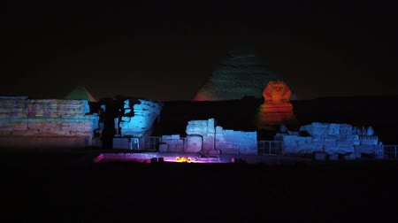esfinge : El Cairo, Egipto - 2019-05-03 - Pyramid Light Show - La iluminación cambia a Sphinx. Archivo de Video
