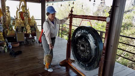 díszítés : Phayao, Thailand - 2019-03-08 - With Sound - Tourist Bangs Buddhist Gong 4.