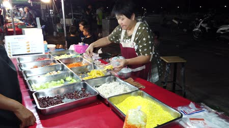 kluski : Phayao, Thailand - 2019-03-08 - Food Vendor Prepares Vegetarian Dinner For Customer. Wideo