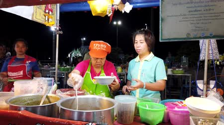 comerciante : Phayao, Thailand - 2019-03-08 - Food Vendor Prepares Soup Dinner.