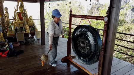 tribales : Phayao, Thaïlande - 2019-03-08 - With Sound - Tourist Bangs Buddhist Gong 5.