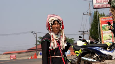 perline : Chiang Saen, Tailandia - 2019-03-10 - Indiginous Woman Sells Beads.
