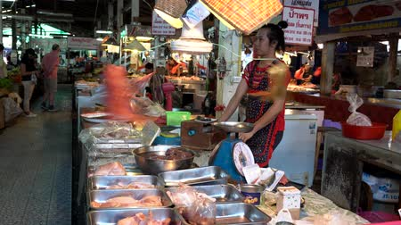 saŁata : Chiang Saen, Thailand - 2019-03-10 - Fan Has Bags Tied to Blades in Market to Keep Flies Away. Wideo