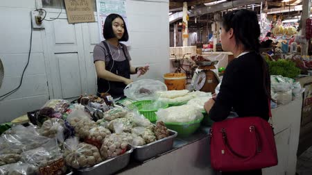 saŁata : Chiang Saen, Thailand - 2019-03-10 - Customer Hands Over Cash at Market. Wideo
