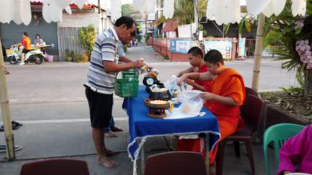 заслуга : Pha Tang, Thailand - 2019-03-09 - People Line Up To Donate To Monks.