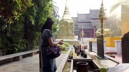 benedizione : Chiang Mai, Thailandia - 2019-03-15 - Woman Lights Candle And Prays. Filmati Stock