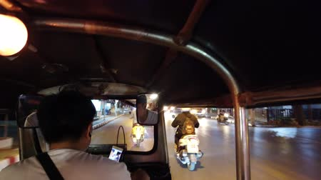 dojíždění : Chiang Mai, Thailand - 2019-03-15 - Tuk Tuk Drives Down Street At Night From View Of Driver. Dostupné videozáznamy