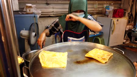 tojás : Chiang Mai, Thailand - 2019-03-15 - Egg Wrap Cooked For a Snack at Market. Stock mozgókép