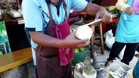 občerstvení : Mae Saiong. Thailand - 2019-03-11 - Curttng Coconut For Tourist Water Treat.