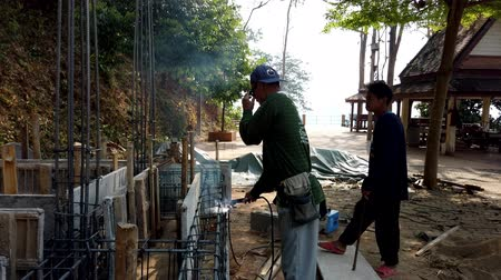 požehnat : Mae Saiong. Thailand - 2019-03-11 - Building New Shrine - Torch Cutting and Bending.