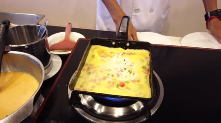 служить : Chiang Rae, Thailand - 2019-03-13 - Loaded Omelet Cooking - 3 Roll Result and Serve. Стоковые видеозаписи