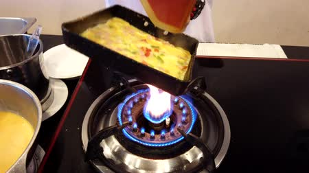 omlet : Chiang Rae, Thailand - 2019-03-13 - Loaded Omelet Cooking - 2 Check Edges To Prevent Burning. Stok Video
