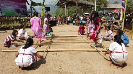 oluşturmak : Chiang Rae, Thailand - 2019-03-13 - Sabah Murat Bamboo Dance By Skilled Girls - with Sound 2. Stok Video