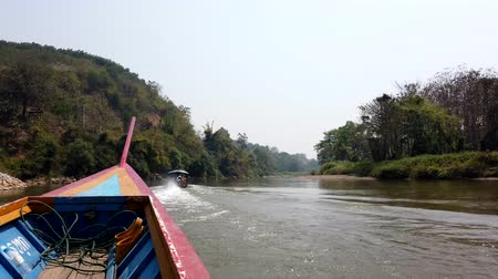 bateau moteur : Chiang Rae, Thaïlande - 2019-03-13 - Long Boat on River - Chasing Another Long Boat.