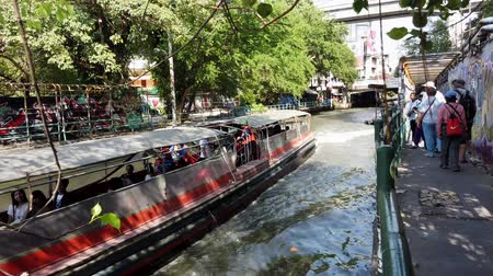ekspres : Bangkok, Thailand - 2019-03-03 - Long Canal Boat Ferry Passes. Stok Video