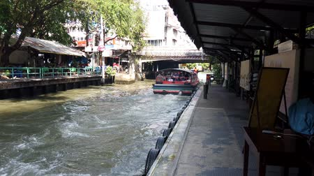 dojíždění : Bangkok, Thailand - 2019-03-03 - Long Canal Boat Ferry Leaves.