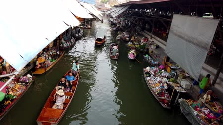 drijvende markt : Bangkok, Thailand - 03-03-2019 - Canal Tourist and Vendor Boats Seen From Bridge Above. Stockvideo