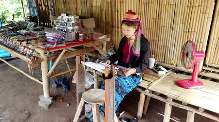 törzsi : Bangkok, Thailand - 2019-03-03 - Long Neck Karen Tribe Woman 3 - Woman Weaves Tapestry on Her Loom Three-Quarter View.