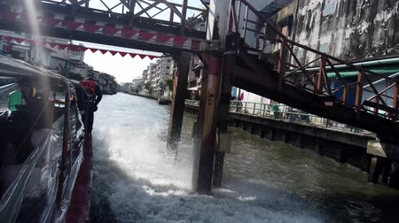 모터 보트 : Bangkok, Thailand - 2019-03-03 - Speeding Canal Boat Passes Under Bridge.