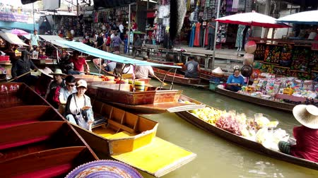 múlt : Bangkok, Thailand - 2019-03-03 - Vendor Tries To Get Past Tourist Canal Boats.