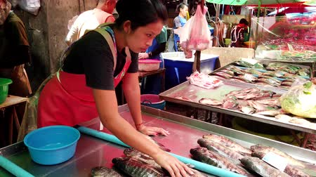 живая природа : Bangkok, Thailand - 2019-03-17 - Vendor Arranges Live Tilapia Fish For Display at Market.