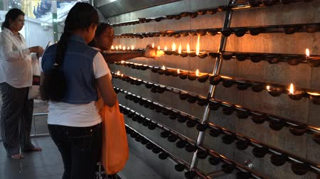 сжигание : Kataragama, Sri Lanka - 2019-03-29 - Women Add Oil to Candle Prayer Room for Hindu God. Стоковые видеозаписи