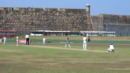 vleermuis : Galle, Sri Lanka - 2019-04-01 - Teenage Cricket Practice - Ball in Play.