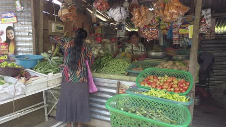 marmeláda : Kataragama, Sri Lanka - 2019-03-29 - Woman Buys Plantains From Shop Owner.