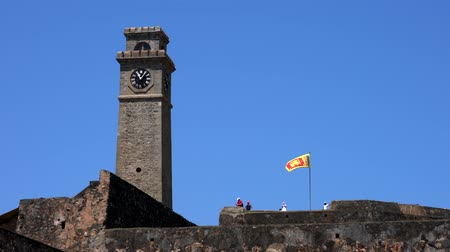 nacionalismo : Galle, Sri Lanka - 2019-04-01 - Sri Lankan Flag Flies Over Galle Fort. Vídeos