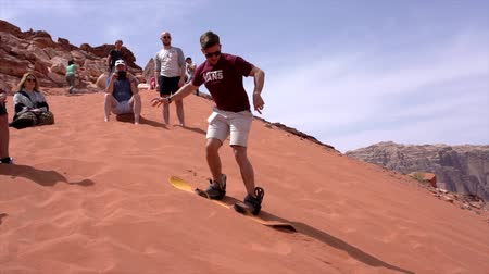 deneyim : Wadi Rum, Jordan - 2019-04-23 - Man Tries to Snowboard Down Sand Dune But Finds It Too Sticky.