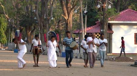 vallási : Kataragama, Sri Lanka - 2019-03-29 - Small Celebration Parade To Thank Hindu Gods For Childs Health 1 - Approaching Temple. Stock mozgókép