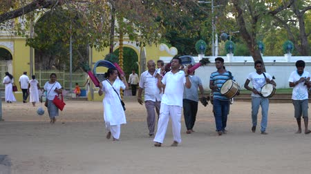 カーニバル : Kataragama, Sri Lanka - 2019-03-29 - Small Celebration Parade To Thank Hindu Gods For Childs Health 3 - Entering Temple Grounds.
