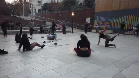 латина : Valparaiso, Chile - 2019-07-13 - Students Practice Hoola Hoop and Juggling in Courtyard. Стоковые видеозаписи