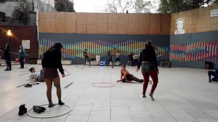 латина : Valparaiso, Chile - 2019-07-13 - Students Practice Hoops and Hip Hop Dance. Стоковые видеозаписи