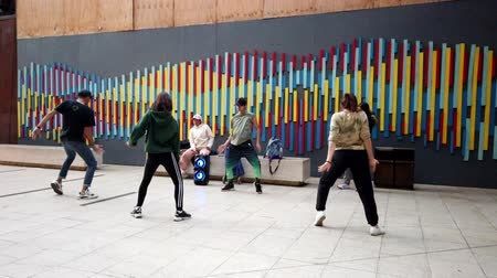 латина : Valparaiso, Chile - 2019-07-13 - Students Practice Hip Hop Dance In Courtyard.