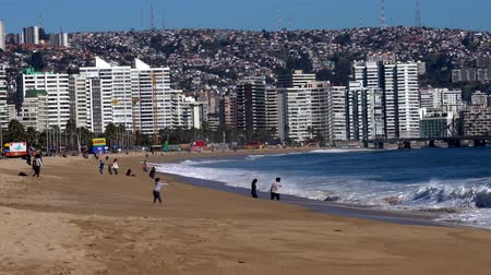 fürdés : Vina del Mar, Chile - 2019-07-28 - Young Couple Plays in the Surf.