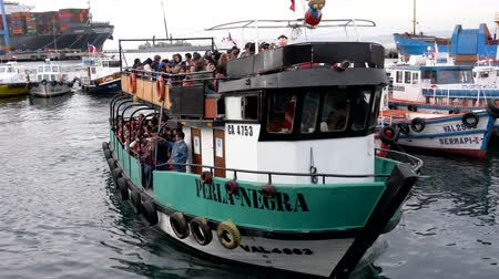 Valparaiso, Chile - 2019-07-20 - Tourist Bay Tour Boat Returns to Dock. Wideo