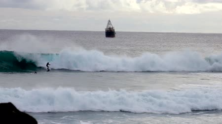 Surfer Rides Wave With Ship on Horizon. Wideo
