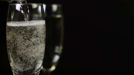šampaňské : Champagne is poured into a glass on a black background Dostupné videozáznamy